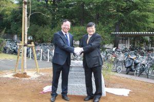 記念碑の前で両学長