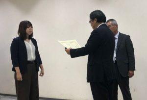 受賞した渡邊さん(左)と寶 馨 日本自然災害学会長